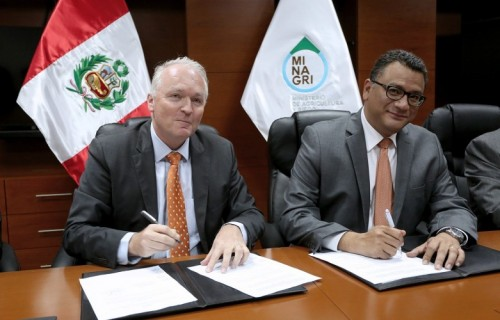 Dutch Embassador Mr Wiebe de Boer and Peruvian Minister of Agriculture Mr Juan Manuel Benites Ramos signing Memorandum of Understanding in Lima - CBI Country Programme Peru