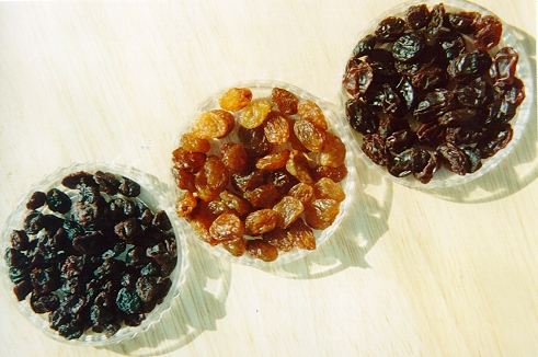 3_kinds_of_dried_grapes.jpg